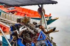 Parada do barco do motor diesel no litoral fotografia de stock
