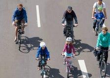 Parada do ` dos ciclistas em Magdeburgo, Alemanha am 17 06 2017 Bicicletas do passeio dos pais e das crianças Imagens de Stock Royalty Free