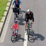 Parada do ` dos ciclistas em Magdeburgo, Alemanha am 17 06 2017 Dia da ação Bicicletas do passeio do pai e da filha no centro da  Fotografia de Stock