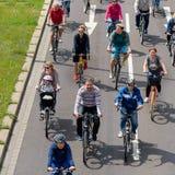 Parada do ` dos ciclistas em Magdeburgo, Alemanha am 17 06 2017 Muitos povos com crianças montam bicicletas no centro da cidade Imagem de Stock