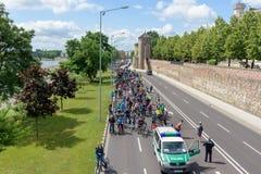 Parada do ` dos ciclistas em Magdeburgo, Alemanha am 17 06 2017 O ciclista é espera do começo Foto de Stock