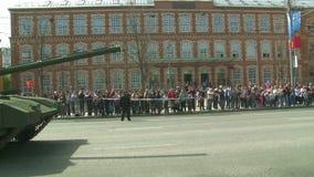 A parada do equipamento militar em Moscou, Rússia video estoque