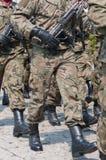 Parada do exército - os soldados armados no uniforme militar da camuflagem estão marchando Imagens de Stock