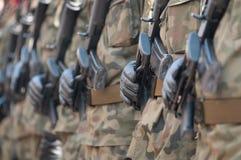 Parada do exército - soldados armados no uniforme militar da camuflagem Fotografia de Stock
