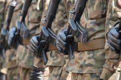 Parada do exército - soldados armados no uniforme militar da camuflagem Imagem de Stock Royalty Free