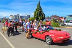 Parada do Natal em Rotorua, Nova Zelândia Rainhas da beleza em um carro e em crianças a cavalo imagem de stock royalty free