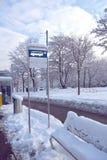 A parada do ônibus assina dentro a neve Imagem de Stock Royalty Free