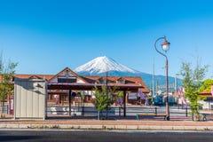Parada do ônibus de Kawaguchiko com Monte Fuji fotos de stock royalty free
