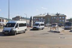 Parada do transporte público no quadrado em Kotlas, região da estação de Arkhangelsk foto de stock