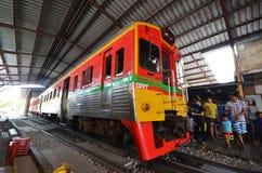 Parada do trem da locomotiva diesel em Mae Klong fotos de stock