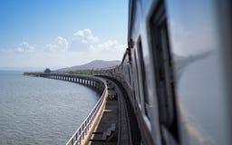 Parada do trem do turismo na ponte concreta, represa do Pa Sak, Tailândia Fotos de Stock Royalty Free