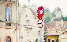 Parada e sinais de estrada puxados por cavalos dos veículos fotos de stock royalty free