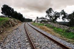 Parada e trilhas de estrada de ferro abandonadas Foto de Stock