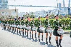 Parada kobiety z bębenami w wojskowym uniformu, maszeruje Maja 9, 2017 rok Władywostok rosji Zdjęcie Royalty Free