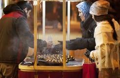 Parada móvil del kestane (castañas) en el pavo de Estambul del cuadrado del taksim Imagen de archivo