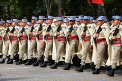 Parada militar (desfile) durante o ceremonial do dia nacional francês, avenida de Elysee dos campeões fotografia de stock royalty free
