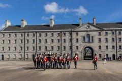 Parada militar em Collins Barracks em Dublin, Irlanda, 2015 imagens de stock
