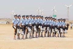 Parada militar Habilidade indiana da mostra do protetor com uma competição do rifle como parte do festival do camelo do deserto e Imagem de Stock