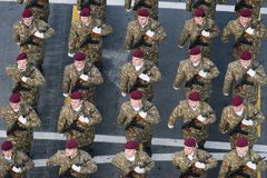 Parada militar que comemora o dia nacional de Romênia imagens de stock