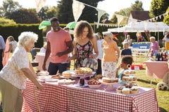 Parada ocupada de la torta en la fiesta del jardín del verano fotos de archivo