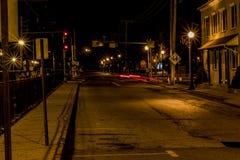 Parada pasada del tren de la calle vacía de la exposición larga de la noche Foto de archivo libre de regalías