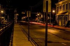 Parada pasada del tren de la calle vacía de la exposición larga de la noche fotos de archivo libres de regalías