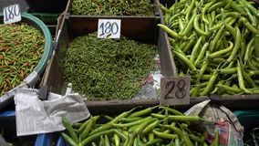 Parada que vende el mercado Asia de la pimienta verde del chile almacen de metraje de vídeo