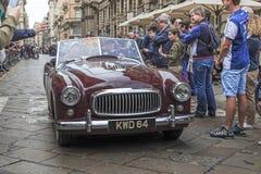 Parada retro de carros de Mille Miglia em Milão foto de stock royalty free