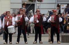 Parada 70 Teilnehmer, zwanzig Pferde und vierzig Mitglieder der Blaskapelle haben die folgenden 300 Alka angekündigt Stockfoto