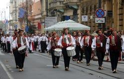 Parada 70 Teilnehmer, zwanzig Pferde und vierzig Mitglieder der Blaskapelle haben die folgenden 300 Alka angekündigt Lizenzfreie Stockfotografie