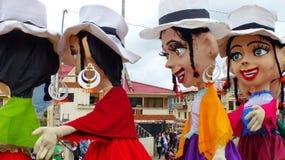 Parada tradicional na cidade local Manequins gigantes no traje típico para a província de Azuay foto de stock