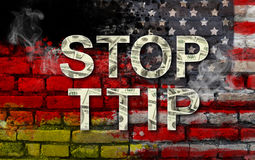 PARADA TTIP - parceria transatlântica do comércio e do investimento Bandeiras do Estados Unidos da América e da Alemanha e texto  Foto de Stock