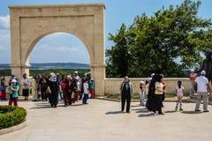 Parada turca de los visitantes en el monumento Imagen de archivo