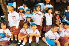 Parada uniforme do relógio das crianças tailandesas asiáticas novas imagem de stock royalty free