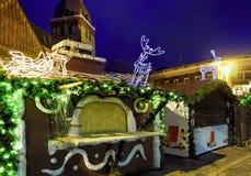 Paradas de la Navidad adornadas con las estatuas luminosas de los ciervos en Riga vieja Fotografía de archivo