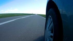 Paradas del coche en un borde de la carretera de una carretera en un día de verano soleado La cámara se monta en un lado del coch almacen de video
