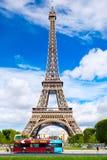 Paradas do ônibus superiores abertas de uma excursão na frente da torre Eiffel em Paris Fotografia de Stock Royalty Free
