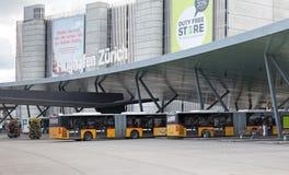 Paradas do ônibus no aeroporto de Zurique Imagens de Stock Royalty Free