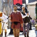Parade in den mittelalterlichen Kostümen Mutter mit zwei Töchtern Lizenzfreies Stockbild