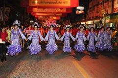 Parade des Dorfbewohners mit chinesischer Traditionuniform Stockfoto