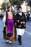 Parade im sardinischen traditionellen Kostüm Stockbilder