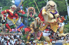 Parade Ogoh Ogoh gefeiert auf Eve Of Nyepi lizenzfreie stockfotos