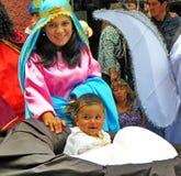 Parade Paseo del Nino Viajero, Cuenco, Ecuador De vrouw kleedde zich als Mary met een jongen als Jesus stock afbeelding