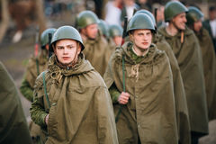 Parade of unidentified re-enactors dressed as Soviet soldiers du Stock Photo