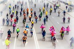 Parade van fietsers in stad De jeugd en de families met kinderen neemt aan massafiets het rennen deel Selectieve nadruk royalty-vrije stock foto's