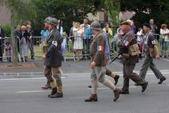 Parade van mensen als Franse bestand van de Tweede Wereldoorlog worden vermomd die Royalty-vrije Stock Foto
