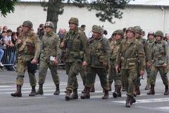 Parade van mensen als militairen van de V.S. van de Tweede Wereldoorlog, Frankrijk worden vermomd dat Royalty-vrije Stock Fotografie