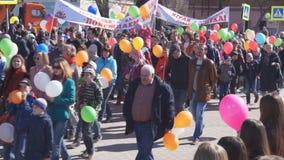 Parade van mensen de gewijd aan de wereldarbeid en de lente dag-Rusland Berezniki -1 kan 2018 stock videobeelden