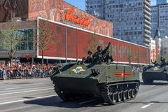 Parade van militaire uitrusting op Victory Day op 9 Mei royalty-vrije stock afbeeldingen