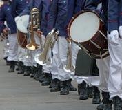Parade van musici van de band in eenvormig op het stadsvierkant royalty-vrije stock foto's